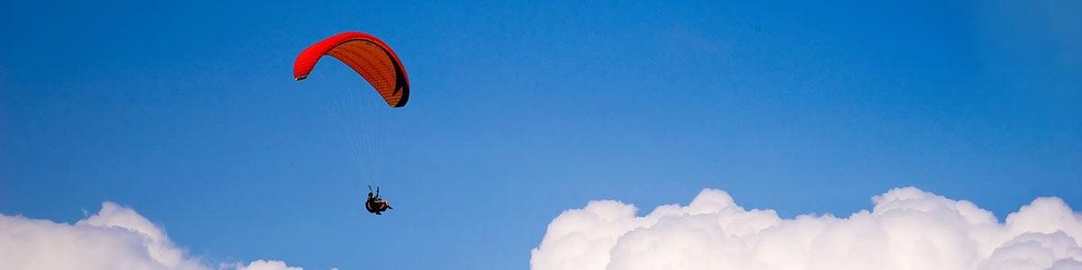 Paraglider im Himmel