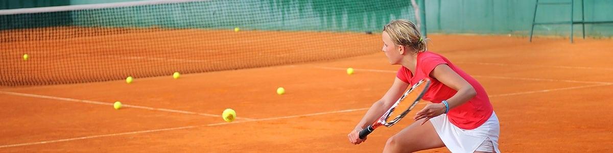 Frau auf Tennisplatz schmal