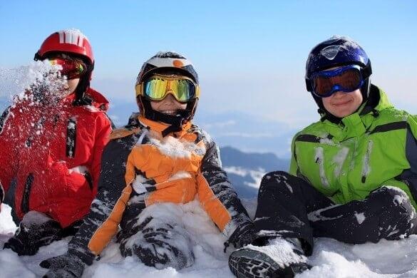 Kinder sitzen im Schnee
