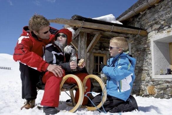 Mann mit Kindern im Schnee