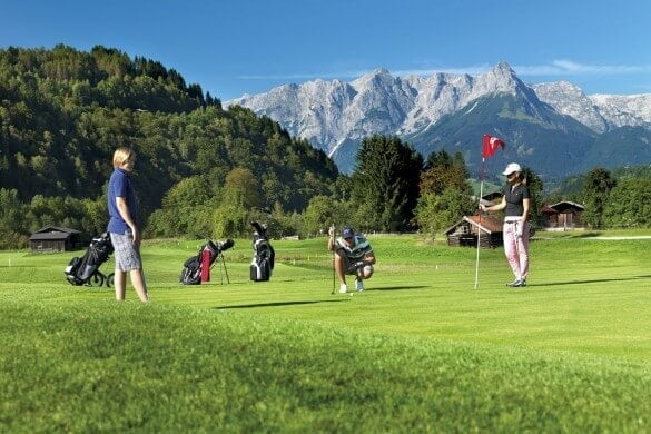 Familie spielt Golf