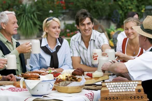 Gruppe isst am Tisch