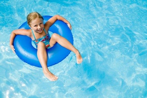 Kind im Pool