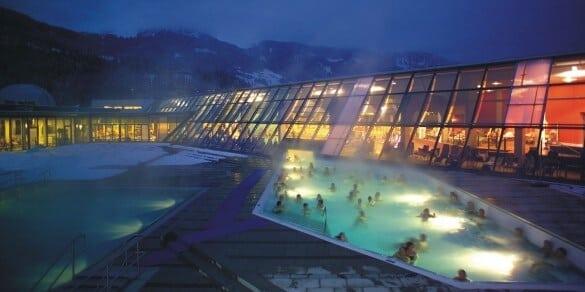 Freizeitbad außen nachts