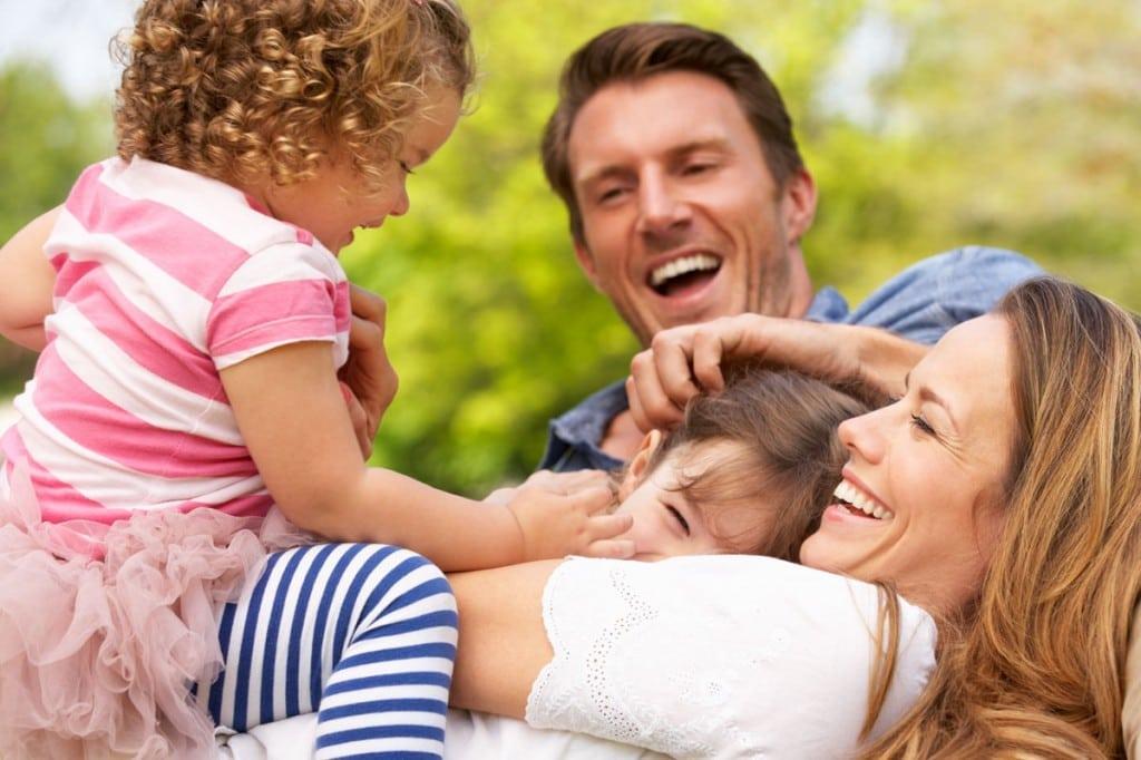 Glückliche Familie mit Kindern groß
