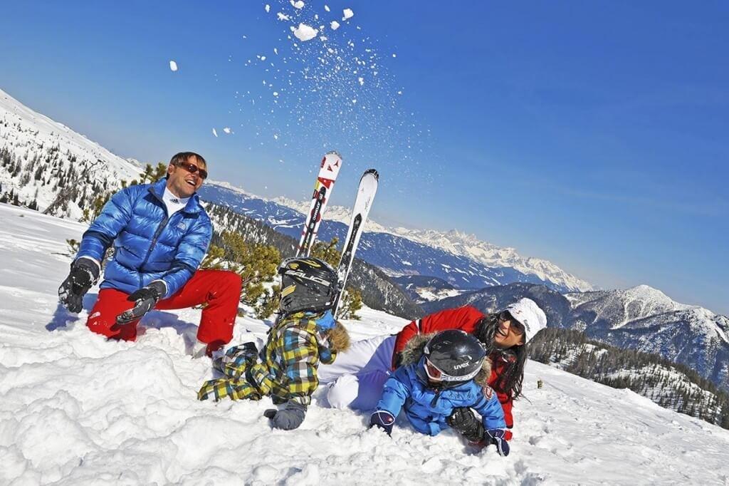 Familie im Schnee groß