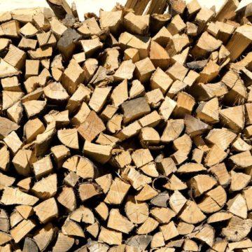 Holzscheite auf Haufen