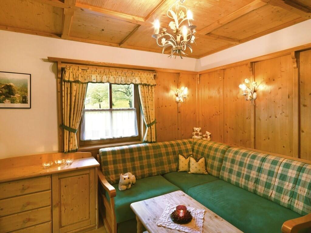 Wohnecke mit grüner Couch
