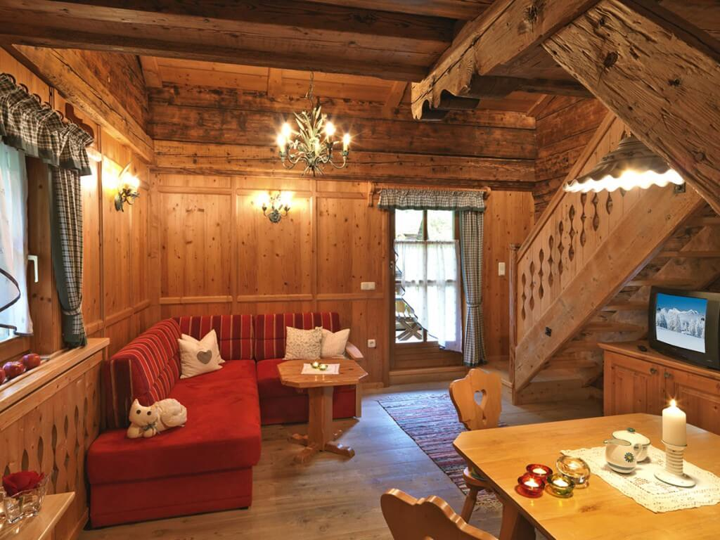 Wohnzimmer mit Holztreppe