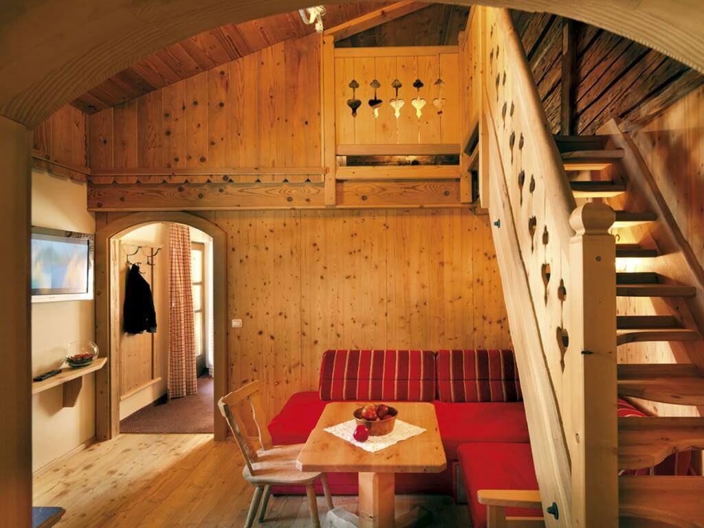 Wohnbereich mit Holztreppe