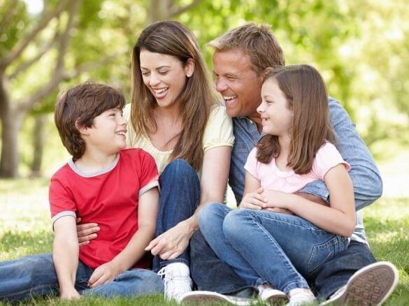 Familie lacht zusammen