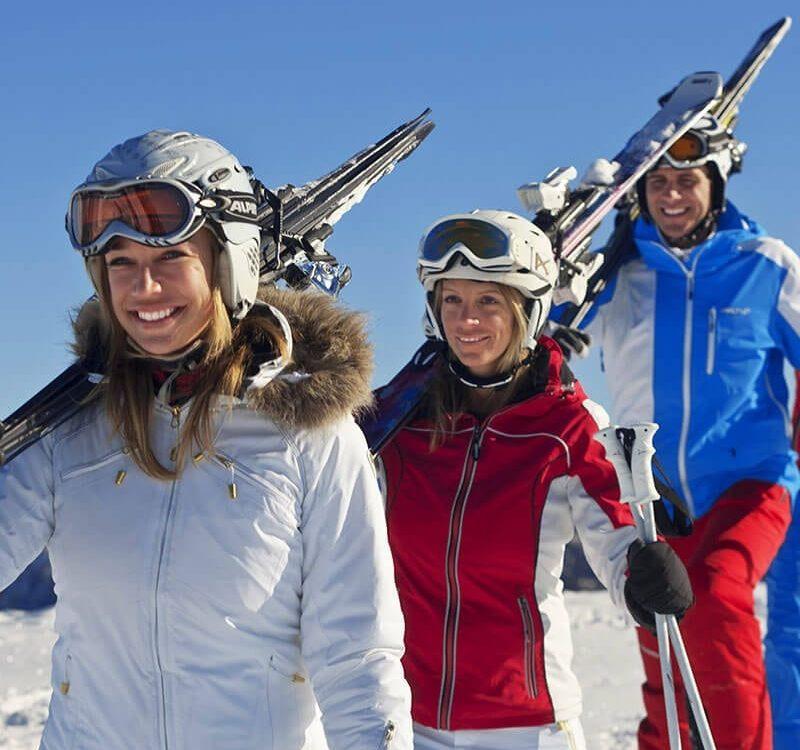 Gruppe geht Skifahren