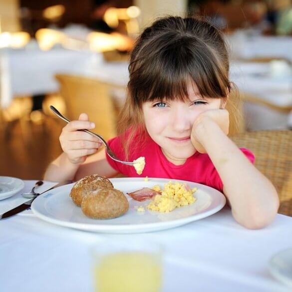 Mädchen isst Rührei