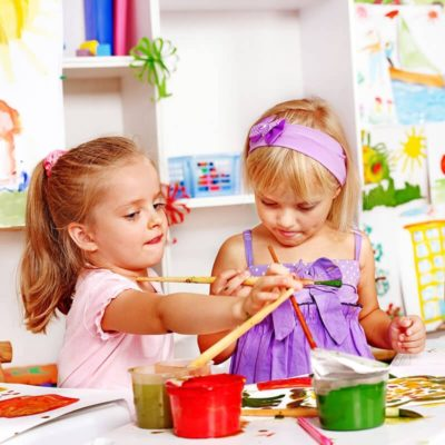 Kinder in Bastelwerkstatt