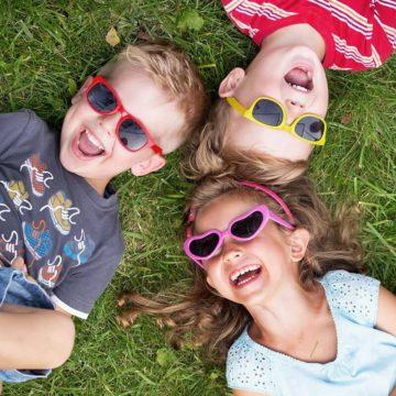 Kinder mit Sonnenbrille