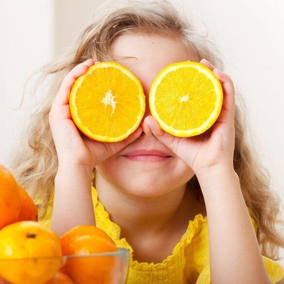 Kind mit Orangen