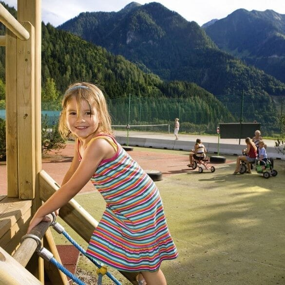 Mädchen klettert auf Spielplatz