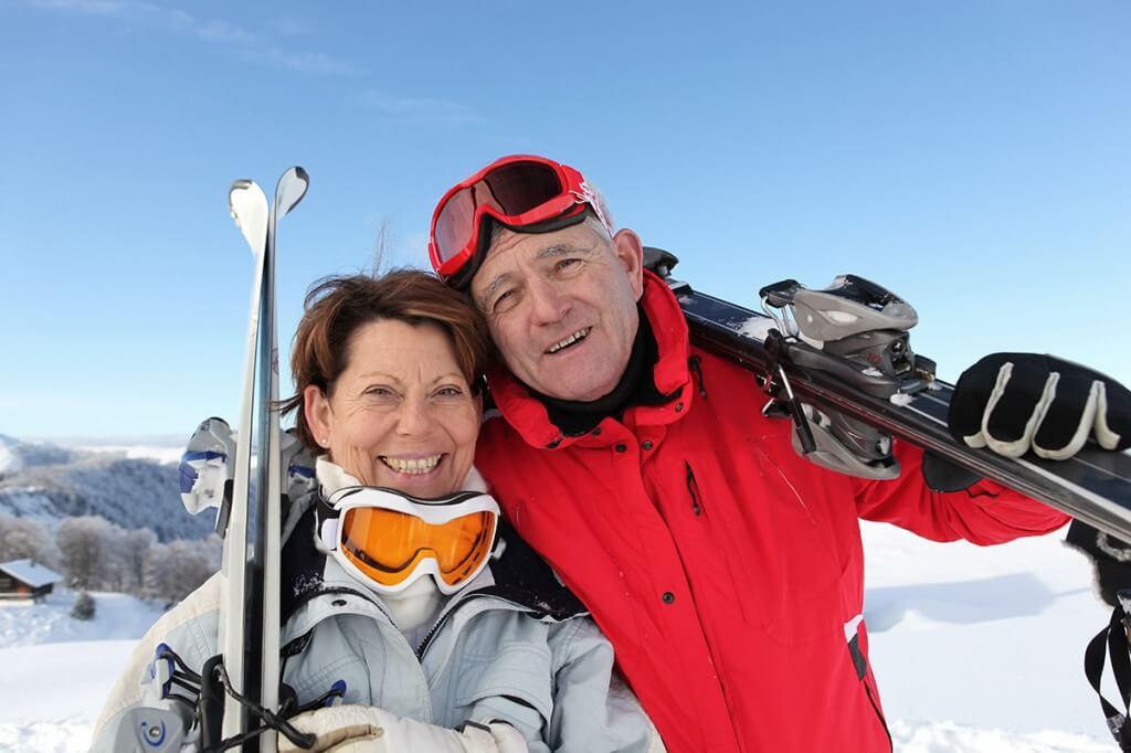 Senioren Pärchen Skifahren groß