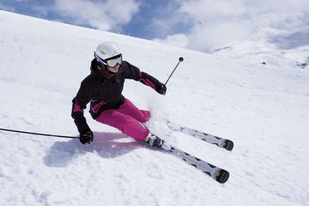 Skifahrerin auf Abfahrt groß